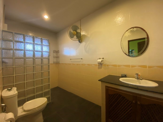 House for rent Mabprachan Pattaya showing the second bathroom