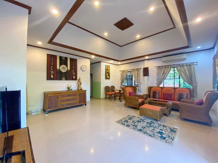 House for rent Pattaya showing the living and dining areas