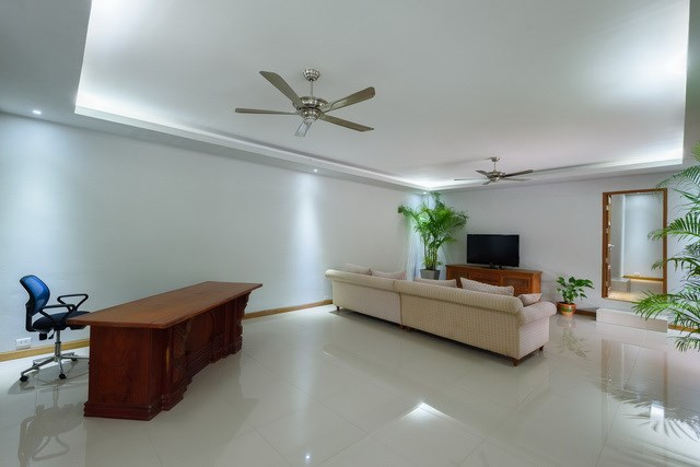 House for rent Pattaya showing the office area in the living room