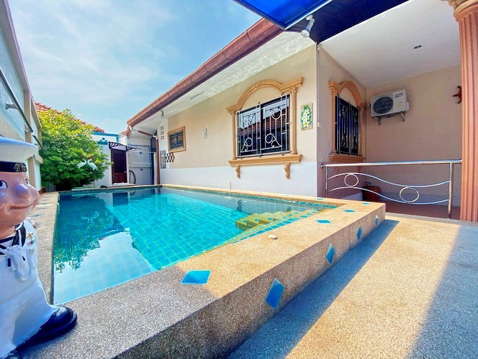 House for rent Pattaya showing the house and pool