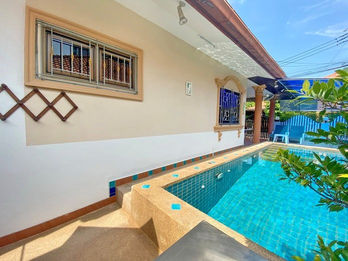 House for rent Pattaya showing the pool and covered terrace