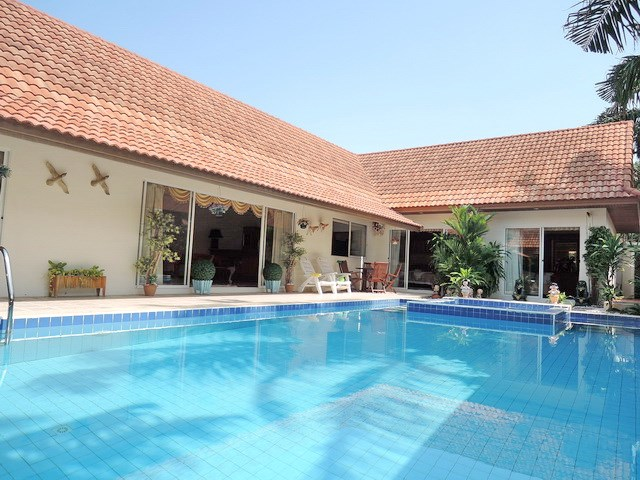 House for rent at View Talay Villas Jomtien showing the house and pool