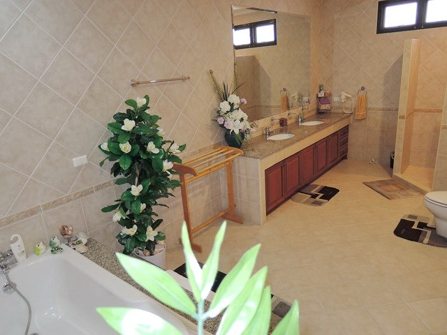 House for rent at View Talay Villas Jomtien showing the master ensuite bathroom