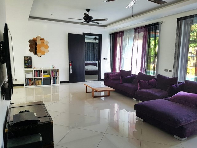 House for sale Pattaya Mabprachan showing the living room