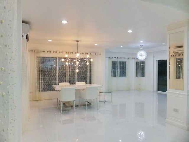 House for sale East Pattaya showing the open plan dining area