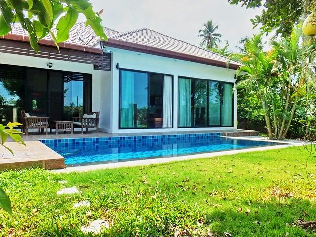 House for sale Huay Yai Pattaya showing the house and pool