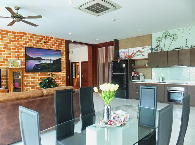 House for sale Huay Yai Pattaya showing the living, dining and kitchen areas