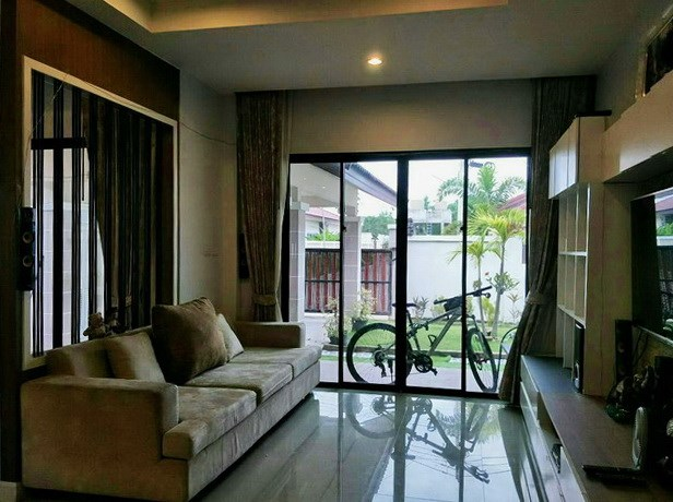 House for sale Huay Yai Pattaya showing the living area and garden