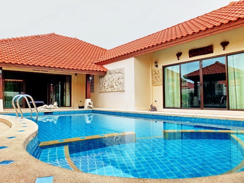 House for sale Huai Yai Pattaya showing the house and pool