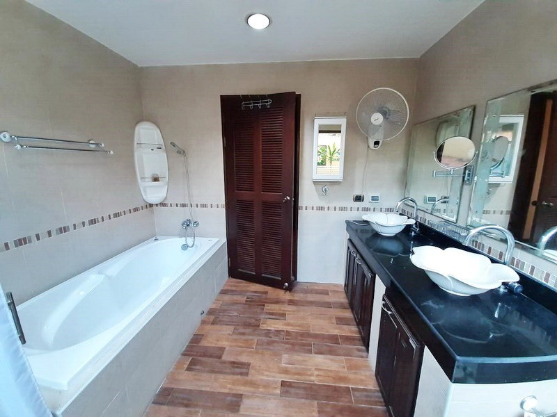 House for sale Huai Yai Pattaya showing the master bathroom