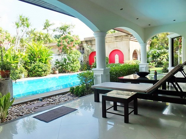 House for sale Jomtien showing the covered terrace and pool