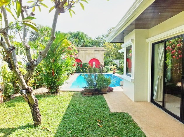 House for sale Jomtien showing the garden