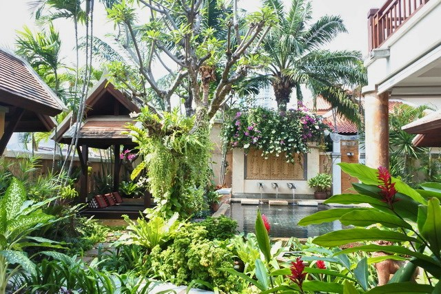 House for sale Jomtien showing the garden, pool and sala