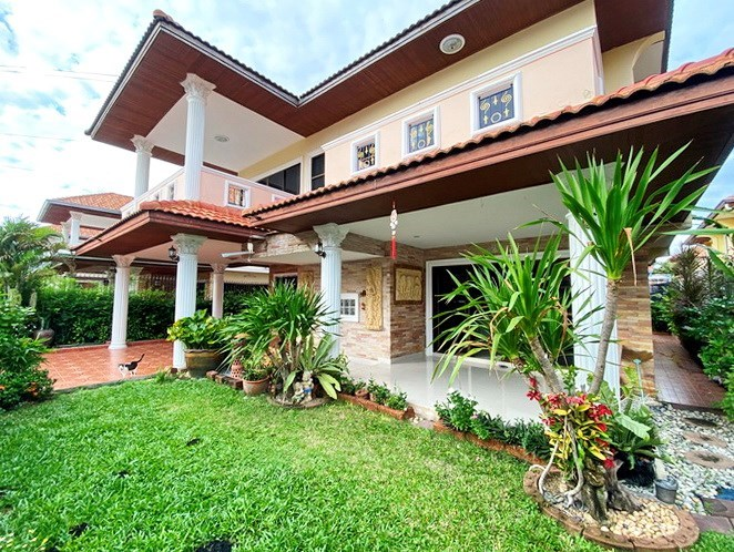 House for sale Jomtien showing the house and garden