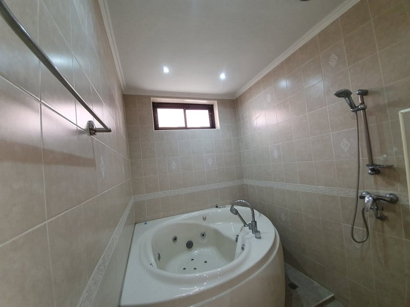 House for sale Jomtien showing themaster bedroom with Jacuzzi bathtub