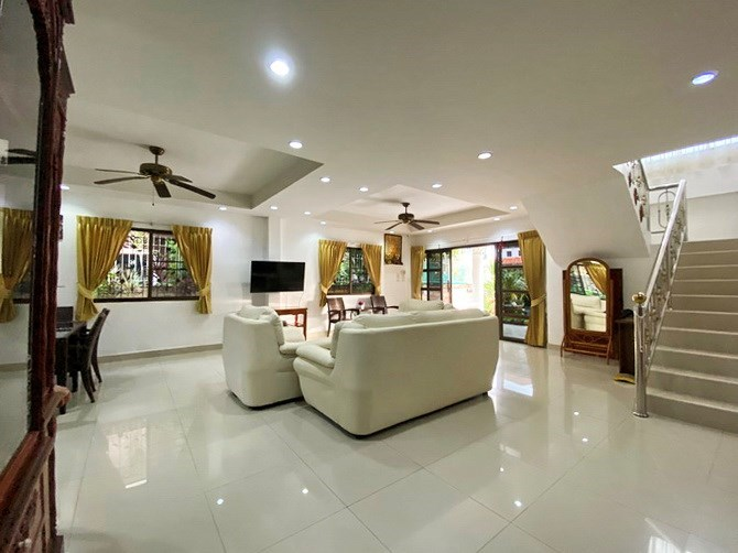 House for sale Jomtien showing the open plan living areas