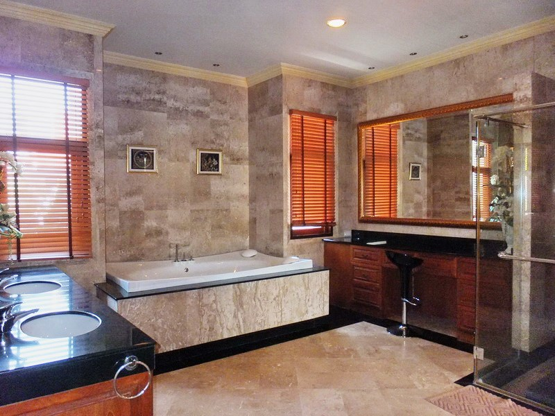 House for sale at Na Jomtien showing the master bathroom with bathtub