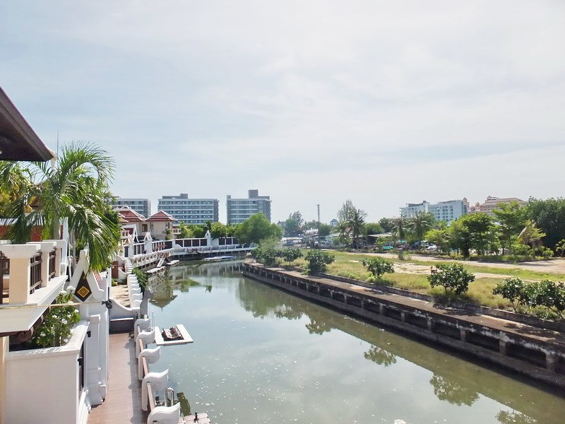 House for sale at Na Jomtien showing the boat mooring