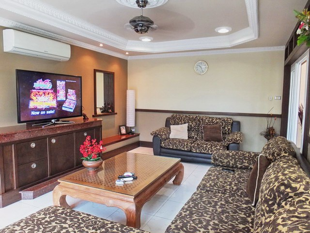 House For Sale Nongpalai Pattaya showing the living area