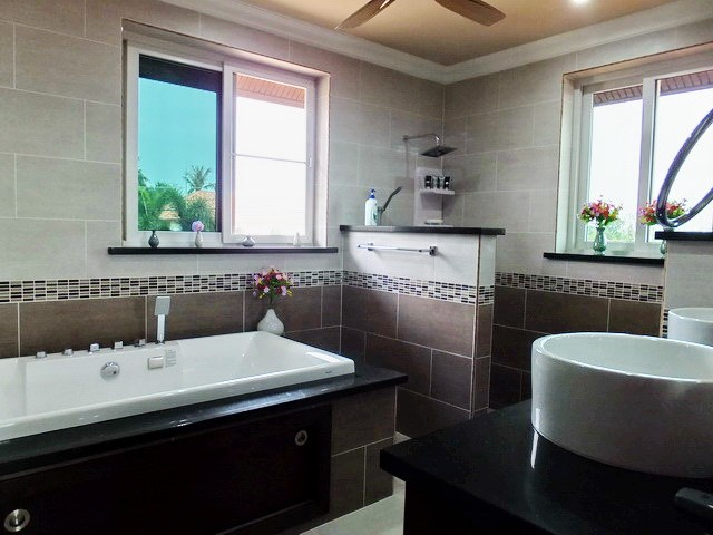 House For Sale Nongpalai Pattaya showing the master bathroom