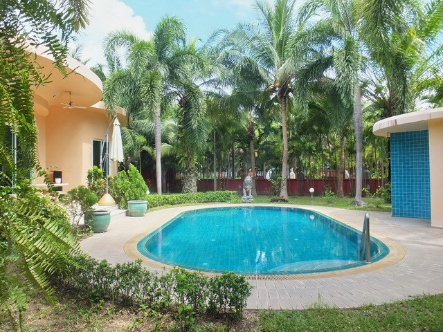 House for sale Nongpalai Pattaya showing the pool and garden