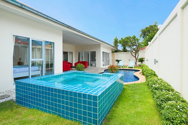 House for sale Pratumnak Pattaya showing the pool jacuzzi