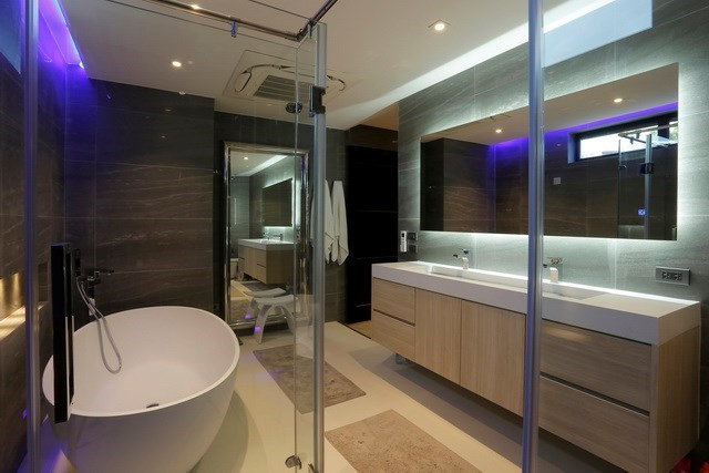 House for sale Pratumnak Hill Pattaya showing the master bathroom