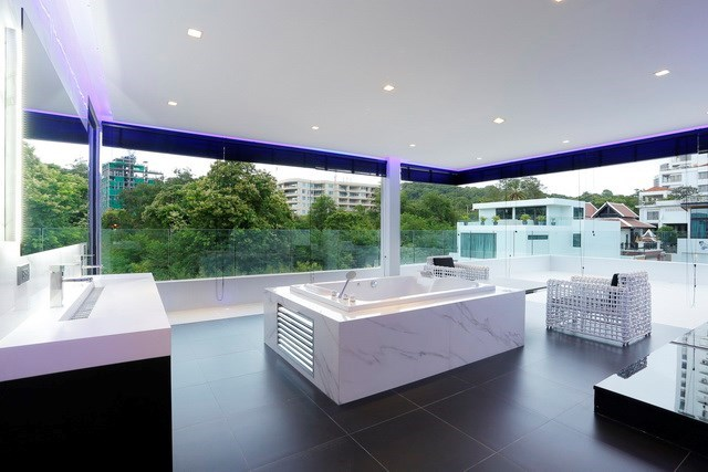 House for sale Pratumnak Hill Pattaya showing the rooftop jacuzzi