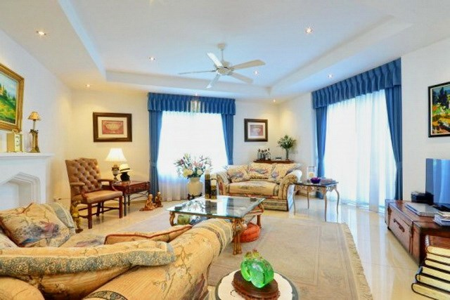 House for sale Siam Royal View Pattaya showing the living area