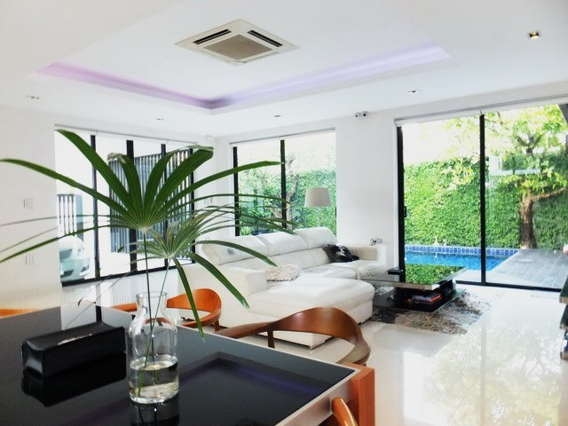 House for sale East Pattaya showing the dining and living areas