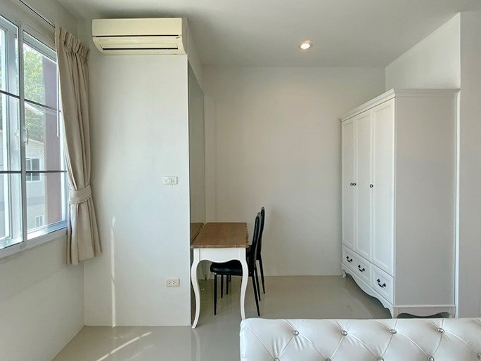 House for sale East Pattaya showing the dressing area