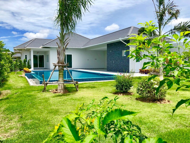 House for sale East Pattaya showing the house, garden and pool
