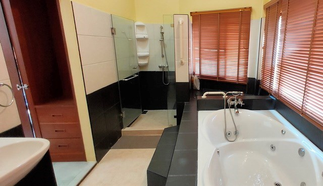 House for sale East Pattaya showing the master bedroom with Jacuzzi bathtub