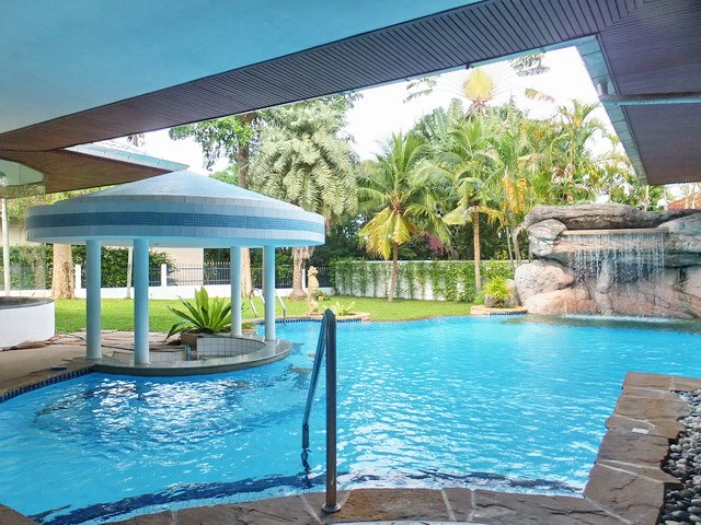 House for rent East Pattaya showing the pool bar area