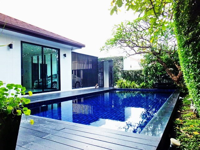 House for sale East Pattaya showing the pool and carport