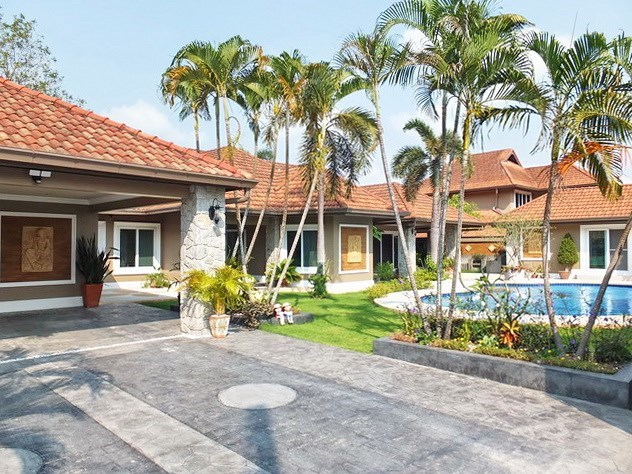 House for sale Nongpalai Pattaya showing the house, carport and pool