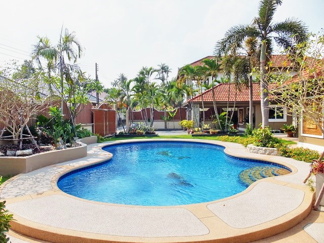 House for sale Nongpalai Pattaya showing the private pool
