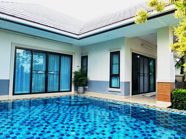 House for sale Pattaya showing the house and pool