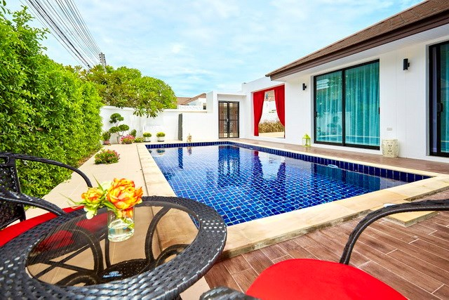 House for sale Pattaya showing the house pool and terraces
