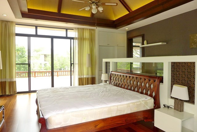 House for sale Pattaya showing the master bedroom with large balcony