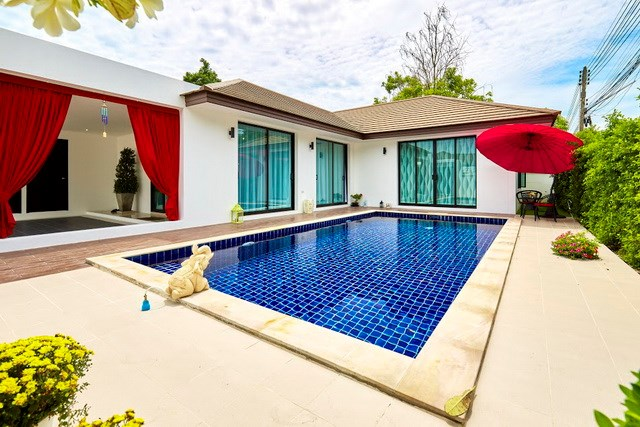 House for sale Pattaya showing the pool and covered terrace option