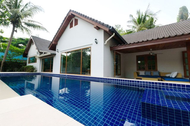 House for rent Pattaya showing the private swimming pool