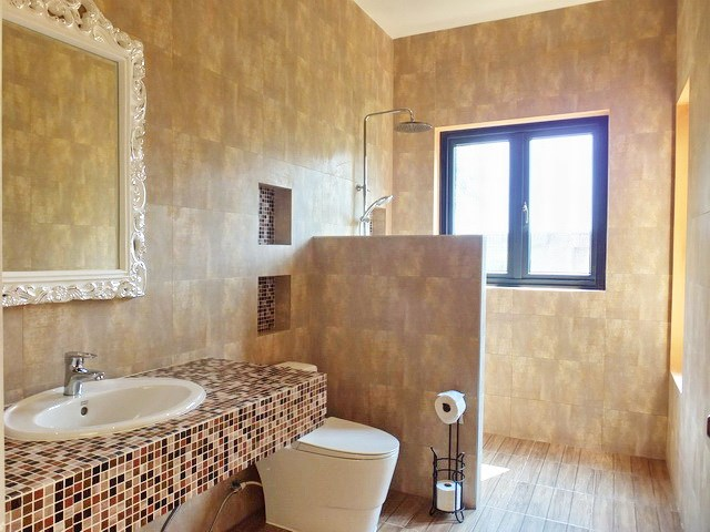 House for sale Pattaya showing the  second bathroom