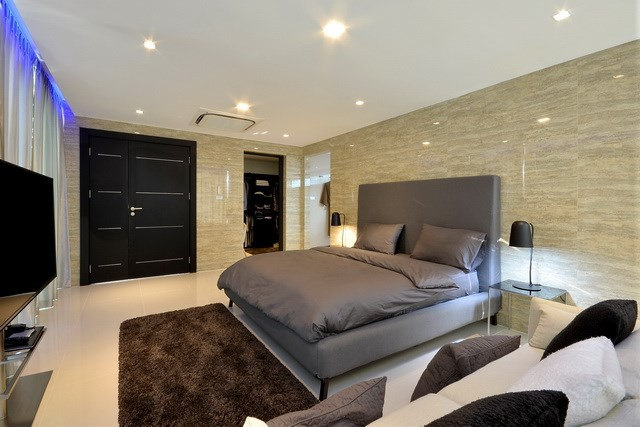 House for sale Pratumnak Pattaya showing the master bedroom suite