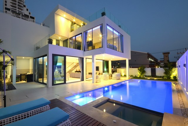 House for sale Pratumnak Pattaya showing the house and pool