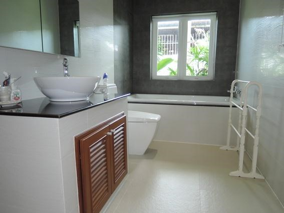 House for Rent Jomtien Park Villas Pattaya showing the bathroom
