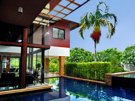 House for sale Pattaya Horseshoe Point showing the house and pool