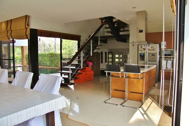 House for sale Pattaya Horseshoe Point showing the kitchen and dining area
