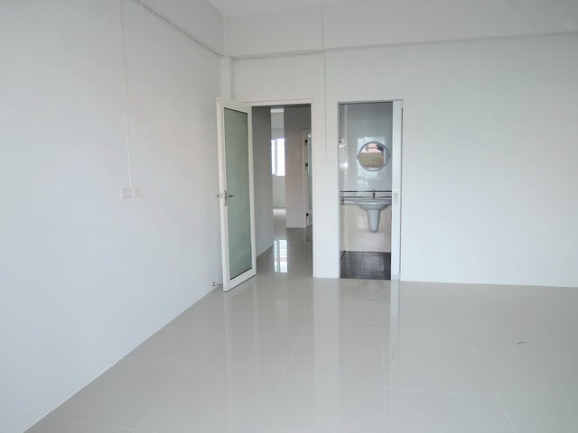 Shop House for Sale Pattaya showing a bedroom with en-suite